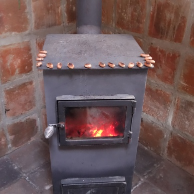 In our room, on the woodstove : roasting of the nuts of our only cacao bean